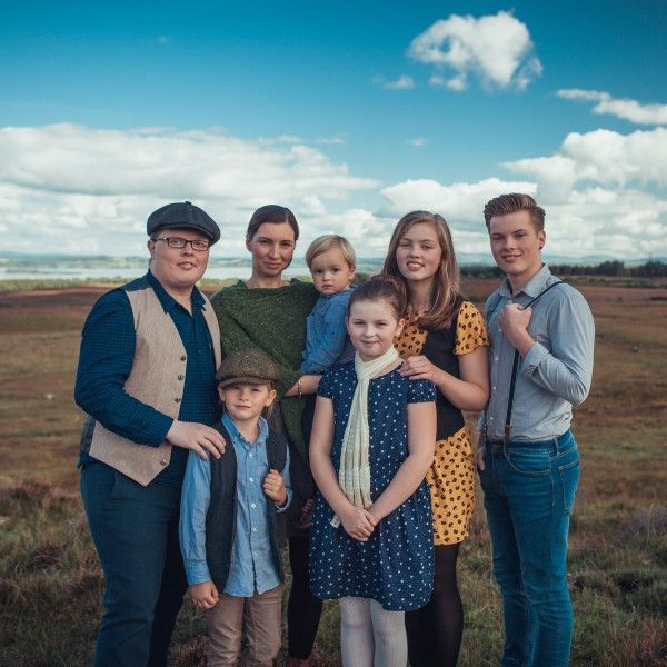 v_23252_01_Angelo_Kelly_and_Family_2019_01_In_Move.jpg