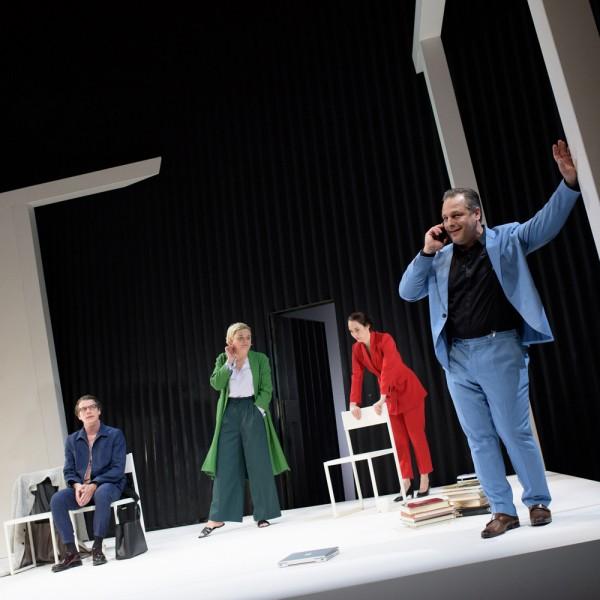 v_24870_01_Gott_des_Gemetzels_2019_1_Theater_Weimar_Candy_Welz.jpg